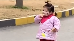 Video: Khoảnh khắc đáng yêu của bé gái ăn bánh qua lớp khẩu trang ở Trung Quốc