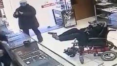Video: Ngồi xe lăn, dùng chân rút súng giả dọa cướp tiệm vàng