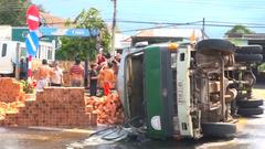 Video: Xe chở gạch bị nổ bánh, tài xế phá cửa bò ra ngoài