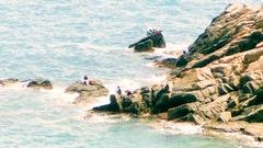 Video: Câu cá ở những tảng đá nhọn, chênh vênh trên biển sau bão số 5