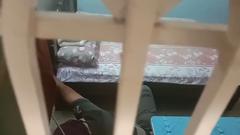 Video: Tên trộm bị bắt vì ngủ quên trong nhà dân