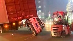 Video: Đuôi xe đầu kéo nhấc bổng ôtô khi đang chạy