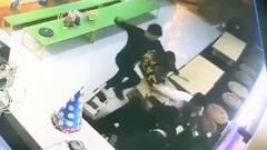 Video: Dã man 2 người đàn ông đấm, đá tới tấp một phụ nữ đang ôm con