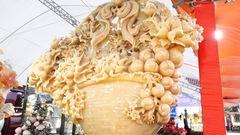 Video: Giỏ hoa tết bằng ngọc quý, nặng 1,5 tấn ở Hà Nội