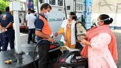 Video: Ấn Độ cho phép xe máy chở 3 người vì gía xăng tăng