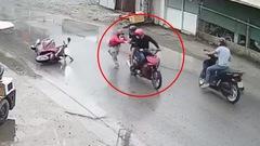 Video: Truy xét đối tượng giật điện thoại, giằng co khiến người phụ nữ té ngã trên đường