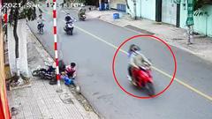 Video: Lập biên bản vi phạm đối với người đi xe máy đạp ngã hai học sinh