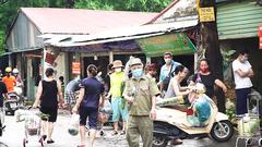 Video: Chợ 'quá tải' trong ngày đầu giãn cách ở Hà Nội