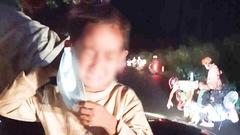 Video: Rơi nước mắt tình cảnh bé trai bật khóc và đôi vợ chồng đùm đề vượt 1.500km về quê tránh dịch