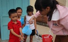 Cô giáo mầm non đi xin từng xô nước cho học trò