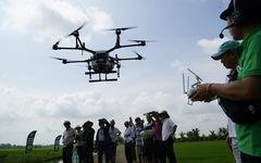 Trình diễn thiết bị bay phun thuốc bảo vệ thực vật tại Đồng Tháp