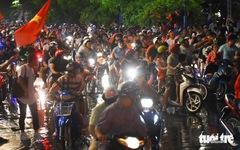 Tuyển Việt Nam thắng, cháu chở ngoại đi 'bão' tại Sài Gòn