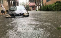 Ôtô 'đuối nước' la liệt tại Đà Nẵng sau đêm mưa