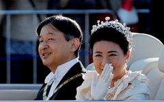 Hàng chục ngàn người chào đón đoàn diễu hành của Nhật hoàng