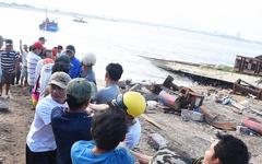 Hàng trăm người giải cứu tàu cá xa bờ mắc cạn suýt chìm