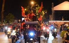 Người Sài Gòn đổ ra đường mừng chiến thắng 4-0