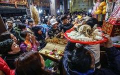 Chen nhau đi lễ chùa dịp rằm tháng giêng