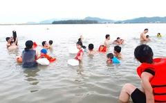 Dân Vinh đổ xô đưa con ra sông Lam tắm 'giải nhiệt'