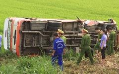 Xe buýt lật xuống ruộng, một bà cụ 70 tuổi chết, 3 người cấp cứu