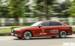 Người dân Hà Nội lái thử 'xế sang' VinFast Lux