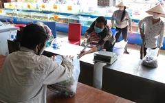 Độc đáo cách mua bán ở nhà hàng hải sản thời cách ly xã hội