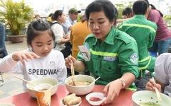 Nghệ nhân dân gian, cao thủ nấu phở 'dâng mỹ vị' cho công nhân môi trường