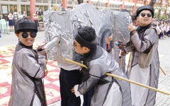 Học trò diễn 'Tiểu đội xe không kính', 'Thầy bói xem voi'... để học văn