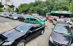Ngày đầu nới lỏng giãn cách, xe hơi xếp hàng dài trăm mét chờ kiểm định