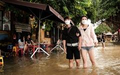 Thú vui check in phố cổ Hội An mùa nước lụt, ngồi cà phê nghịch nước sông Hoài