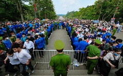 Biển người chen lấn dâng lễ ở đền Hùng, Phú Thọ
