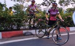CSGT 'đau đầu' khi người lái xe đạp đi vào đường cấm 'vác' xe bỏ chạy