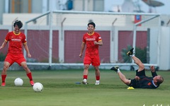 """HLV Park Hang Seo ngã sõng soài khi chơi """"đá ma"""" cùng Văn Toàn, Văn Thanh"""