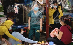 Chợ Hà Nội bắt đầu quây tấm chắn ni lông để bán hàng