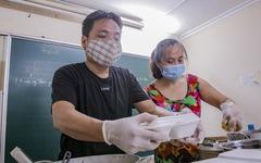 Thầy cô giáo, bạn trẻ… nấu cơm gửi người lao động nghèo ở Hà Nội
