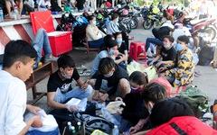 Cả ngàn người vạ vật tìm đường về nhà đang kẹt cứng giữa địa phận Đà Nẵng và Huế