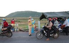 Cảnh sát giao thông dừng dân đi xe máy từ miền Nam về quê để tặng đồ ăn, nước uống