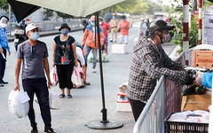 Hà Nội: Người dân khu phong tỏa 'kêu' thiếu lương thực, bên ngoài 'ùn ùn' tiếp tế