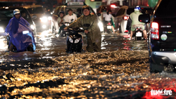 TP.HCM mưa to gió lớn, đường ngập nặng, nhà tốc mái