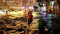 Lắp bơm ứng cứu, giảm ngập đường Nguyễn Văn Quá