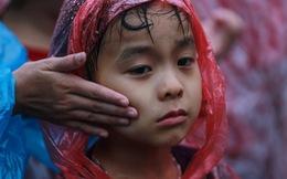 Mưa lớn kéo dài, trẻ em, người già vất vả đi lễ đền Hùng