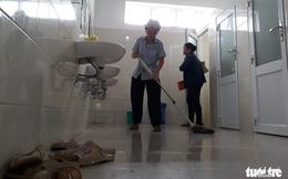 Bệnh viện bỏ mặc người lao công, khó có nhà vệ sinh sạch?