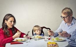 Cha mẹ lướt điện thoại trong giờ ăn sẽ làm ảnh hưởng xấu đến hành vi của trẻ