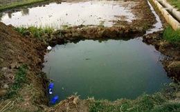Rơi xuống hố đào chôn cột điện, hai bé trai chết đuối thương tâm