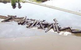 33 toa dầu thô lật nhào, nhuộm đen cả dòng sông ở Mỹ