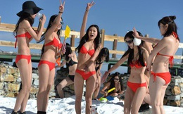 Phụ nữ mặc bikini tắm tuyết