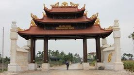Phô trương cổng làng 'khủng' mà dân nghèo, có ích chi?