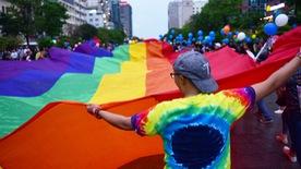 Sắc màu rực rỡ của tình yêu tràn ra phố đi bộ Nguyễn Huệ
