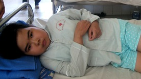 Nhịp cầu nhân ái: Bé gái 12 tuổi nguy cơ tàn tật