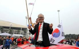 CĐV VN đóng giả ông Park như thật trước sân Mỹ Đình