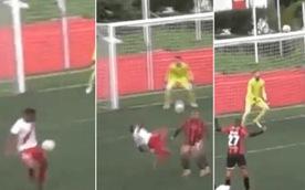 Cầu thủ khống chế bóng 'cực chất' rồi 'ngả bàn đèn' sút tung lưới thủ môn